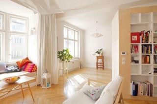 Úskalia starých bytov sú neoddeliteľnou súčasťou každej rekonštrukcie. Vtomto prípade sa prejavili pri zbúraní priečky, ktorú bolo potrebné nahradiť vystužujúcimi profilmi tesne pod stropom.