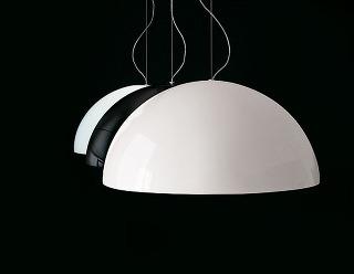 Lampa Sonora. Taliansky producent Oluce vyrába ikonický návrh dizajnéra Vica Magistrettiho vo viacerých materiálových aveľkostných obmenách: od najmenšej verzie zopálového skla až po obrí model zplastu. Od 410 €, OLUCE