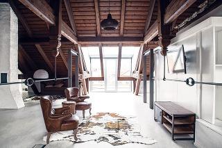 Vzáujme zachovania atmosféry starého podkrovia pracovali architekti len stým, čo tu už bolo – vzdušným priestorom bez priečok, drevom aoceľou.