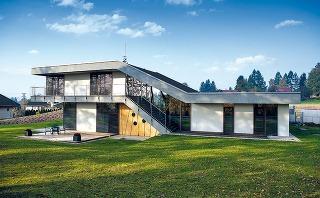 Nezvyčajné výškové členenie domu vychádza zdaností terénu alogického rozdelenia dispozície na tri funkčné časti.