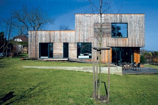 Jednoduchý dom s drevenou