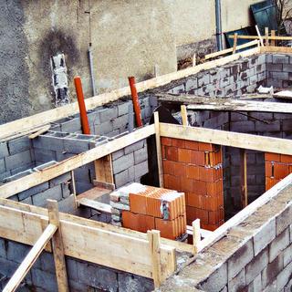 Výstavba spodnej stavby alebo podzemných podlaží je finančne náročnejšia ako výstavba nadzemných podlaží. Preto nepodceňujte dôkladnú prípravu aprecízne zhotovenie.