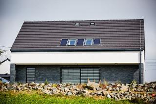 Denné svetlo prinášajú okrem fasádnych aj strešné okná a svetlovody, na ohrev vody slúžia solárne panely.