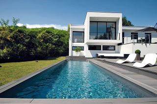 Bazén by sa mal dať pohodlne obísť, umiestnenie pri stene alebo vrohu teda nie je ideálne.
