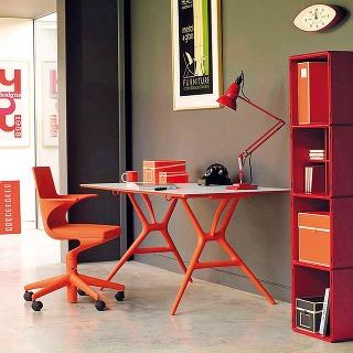 Stôl astolička Spoon od značky Kartell vo výraznej oranžovej farbe sa stanú klenotmi pracovnej zóny.