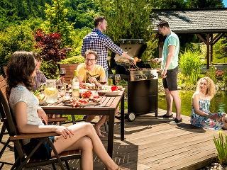 Odpočinok na záhrade v kombinácii s dobrým jedlom, pitím a partiou priateľov nikdy nesklame.