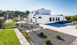 Pre seba apodľa seba, vsúlade snajaktuálnejšími požiadavkami na výstavbu, si manželia po rokoch postavili svoj druhý dom.