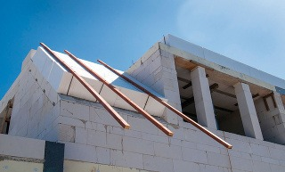 Stavebný systém Ytong (z bieleho pórobetónu) predstavuje kompletné portfólio komponentov vrátane strechy. Murovanie stýmto systémom je rýchle avďaka nemu je stavba homogénna, bez kritických miest, odkiaľ by unikalo teplo. Použitie masívnej strechy prisp
