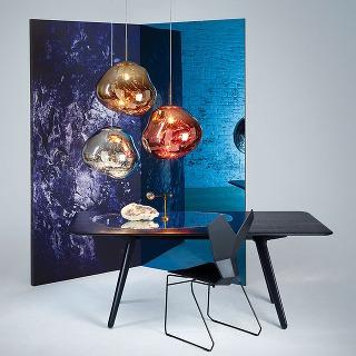 Svietidlo Melt od značky Tom Dixon je inšpirované technikou fúkaného skla. Vypnuté sa javí ako z kovu, pri zasvietení imituje jantár. (Dostupné je na www.tomdixon.com.)