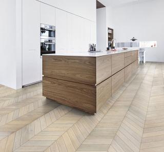 Moderný pohľad na klasický vzor v novej kolekcii drevených podláh Kährs Chevron