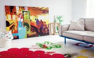 Kto povedal, že obraz musí visieť a oprieť o stenu môžete len bicykel? Veľkoformátové obrazy sú takmer ako nábytok s jednou veľkou výhodou – nenárokujú si na toľko priestoru, a pritom ho skrášľujú.