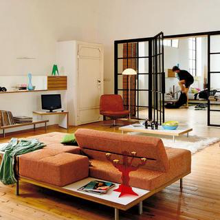 Kreslá apohovky klasických či módnych tvarov spremyslenými konštrukciami adizajnérskymi tvarmi možno polohovať, otáčať, rozkladať, anajmä umiestňovať ako výtvarný prvok vpriestore. Pri neštandardnom spojení obývacej izby so zaujímavou spálňou, zimnou