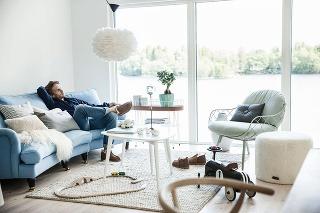 Kombinácia rôznych sedení je snáď najjednoduchšia cesta kuvkusnej obývačke. Namiesto fádnej zostavy sedačky akresla zjednej série siahnite radšej po výraznejšom kúsku, ktorým oživíte praktickú apohodlnú sofu.