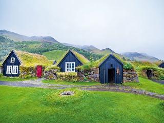 Tradičný islandský dom so zelenou zatrávnenou strechou v skanzene v Skogare na Islande. Pri stavbe cenovo dostupnejšieho domu môžu byť užitočnou inšpiráciou tradičné stavby, ktoré využívajú jednoduché, prirodzené a dostupné riešenia.