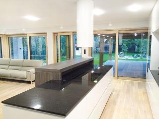 Drevo-hliníkové okná vsebe spájajú výhody oboch materiálov. Hliníkový profil zabezpečuje vynikajúcu odolnosť okna proti poveternostným vplyvom amechanickému poškodeniu, navyše má minimálne nároky na údržbu.