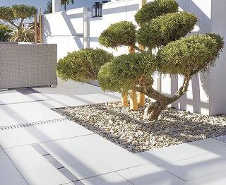 Elegantné betónové platne Asti Natura od spoločnosti Semmelrock srozmermi 30 × 60 cm sa vďaka svojej sivej farebnosti postarajú ojednotný anerušivý vzhľad vašej terasy, chodníkov izimných záhrad.