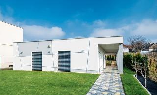 Nízkoenergetický bungalov stojí na neveľkom pozemku. Nie je nápadný, oko milovníka jednoduchej modernej architektúry však zaujme na prvý pohľad.