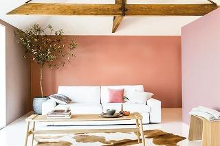 """KOROK A VÍNO Dve protiľahlé steny natreté rovnakou farbou sa k sebe opticky priblížia a dlhá miestnosť sa tak """"skráti"""". Na hĺbke jej pridáte, ak stenu medzi nimi natriete teplým, sýtejším odtieňom."""