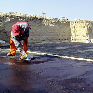 Bitúmenová stierka – izolácia spodnej stavby proti vlhkosti.