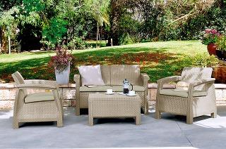Poludňajšia káva. Súprava záhradného nábytku Corfu zkvalitného umelého ratanu skvelo poslúži, ak si chcete na terase dopriať napríklad šálku kávy. Jej súčasťou je dvojmiestna pohovka, stolík adve kreslá vjemnom odtieni cappucino sand. Vbalení nechýbaj