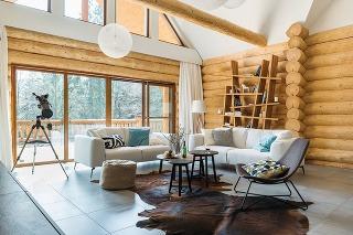 Na spoločné víkendy. Vrozľahlej zrubovej chate sobytným priestorom približne 190 m2 trávieva voľné chvíle rodina spoločne spriateľmi. Pohodlne pojme až 12 ľudí.