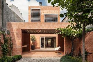 Nezvyčajný dom na dlhom a úzkom pozemku získal hlavnú cenu v súťaži Brick Award 2016