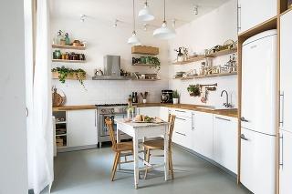 Kuchyňa má obľúbený tvar písmena L so sedením umiestneným vjej strede. Vrámci rôznych možností majitelia zvažovali aj riešenie sostrovčekom, ktoré však neskôr zavrhli. Ten by totiž priestor príliš zahltil.