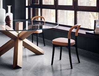 MATERIÁLOVÉ OBMENY kultového jedálenského stola La Rotonda zahŕňajú svetlé, tmavé ačierne drevo jaseňa alebo orecha. Okrem sklenenej dosky je dostupný ivcelodrevenej verzii. Už 40 rokov ho podľa návrhu Maria Belliniho vyrába Cassina.