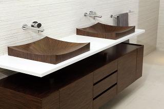 Švajčiarske drevené umývadlo značky aLegna je vďaka špeciálnemu postupu výroby nepriepustné aodolné proti baktériám. Môže sa čistiť bežnou špongiou ačistiacim prostriedkom. (www.travert.sk)