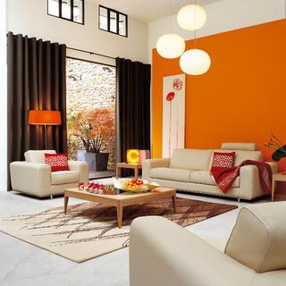 Pod taktovkou oranžovej steny