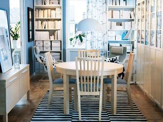 KNIŽNICA vjedálni či naopak? Vkaždom prípade je to zaujímavé spojenie, aak chcete priestor okolo sedenia zútulniť, skúste to spolicami plnými kníh. Efekt je zaručený. (Rozkladací stôl Bjursta, predáva IKEA.)