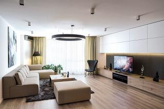 Svetlá sedačka doplnená rozložitejším otomanom do bytu presne zapadla, čo bolo aj hlavným kritériom pri jej výbere.