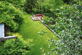 """Súčasnú podobu nadobudla záhrada za dva roky. """"Je to aj vďaka tomu, že sa vysádzali už veľké stromy, ktoré vytvárajú kostru priestoru. Taktiež sme použili trvalky anajmä trávy, ktoré sa rýchlo rozrastú,"""" približuje záhradný architekt. Foto Atelier Flera"""