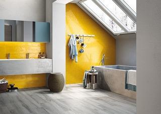 Kúpeľňa zaodetá do šťavnatej žltej farby môže spríjemniť nielen hektické rána. Skúste na stenu pri umývadle použiť rozmernejšie dlaždice apri vani zase drobnejšiu mozaiku. Kombinácia viacerých formátov priestor zaručene ozvláštni.