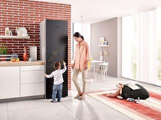 Popisovateľné povrchy sú trendom, ktorý neobišiel ani domáce spotrebiče. Chladničky Miele zedície Blackboard sú jedinečné povrchovou úpravou dvierok, na ktoré možno písať bežnou kriedou alebo kriedovou fixkou.