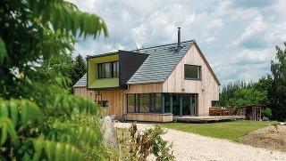 """Dom je postavený systémom """"two-by-four"""", ide teda oklasickú stĺpikovú konštrukciu. Dostatočná tepelná izolácia aj zvolené okná umožnili dosiahnuť štandard nízkoenergetického domu."""