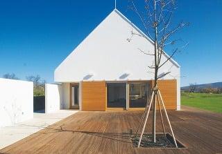 Hospodárska usadlosť zpolovice 20. storočia pôsobí dnes vďaka práci architekta Lászla Vinczeho vzdušne amoderne. Zároveň korešponduje srázom krajiny vmaďarskom národnom parku neďaleko jazera Balaton.