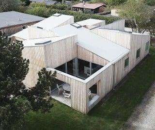Mozaika izieb, terás a ich striech: Moderný strechový dom ponúka zážitok zo svetla