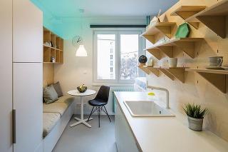 Vstavaná skriňa siahajúca až po strop by síce poskytla viac miesta na odkladanie, príliš by však zaťažila miestnosť a zakryla by zaujímavé konštrukčné prvky, typické pre tunajšie byty.