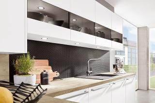 KONTRAST bezpochyby spestrí každý priestor, kuchyňu nevynímajúc. Bielu linku doplňte čiernou zástenou avyhrať sa môžete aj spovrchmi – hladké vs. reliéfne alebo lesklé vs. matné.