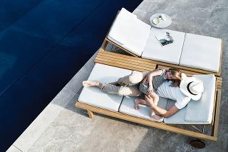 Dôraz na komfort bol pre dizajnéra Piergiorgia Cazzaniga pri návrhu kolekcie Vis à vis pre značku Tribù prioritou. Nájdete v nej napríklad ležadlo s praktickými kolieskami, veľkorysými rozmermi a integrovanou odkladacou doskou. Ak spojíte dve ležadlá, dos