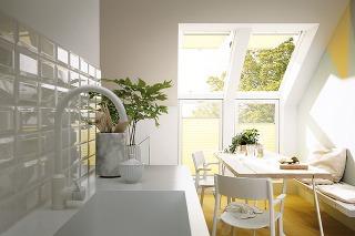 PLISOVANÉ ROLETY VELUX sa vyznačujú tým, že vmiestnosti mäkko rozptyľujú denné svetlo. Kdispozícii sú v20farebných variantoch. Sú jednoducho ovládateľné – môžete ich umiestniťnielen na celej ploche okna, ale aj vjeho dolnej ahornej časti či vstred