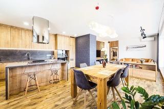 Drevo v hlavnej úlohe. Majitelia túžili mať v interiéri hlavne veľa dreva, ktoré na nich pôsobí príjemne teplo a útulne, a nechceli žiadne priveľmi výrazné prvky. Inak ponechali architektovi pri navrhovaní voľnú ruku.
