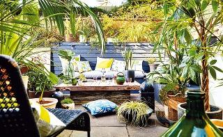 VYBERTE VHODNÉ MIESTO NA STOLOVANIE. Nemusí to byť len terasa, ak hrozí, že hostí bude na ňu priveľa. Ak vám väčšiu kapacitu núka samotná záhrada či dvor, chopte sa stolov a hybaj tam! Hodujte priamo pod stromami – tie sú najlepší parťáci, čo sa párty týk
