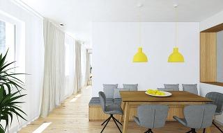 Nad masívnym jedálenským stolom sú umiestnené hravé žlté svietidlá. Rozkladací stôl a lavica s úložným priestorom prisunutá k stene, ktorá dopĺňa jedálenské stoličky, umožňujú komfortné stolovanie ôsmich osôb.