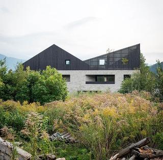 Dvojitý dom ako zo stavebnice: Kamenný kváder a drevená chalupa so sedlovou strechou