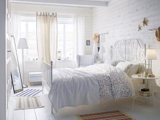 KOVOVÝ RÁM POSTELE je kúskom, ktorý v spálni v štýle shabby chic musíte mať. Posteľ obklopená bielou farbou a kvetinovými motívmi sa stane lákavým útočiskom pre všetky romantické sny.