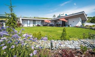 Dom krytý zemou len minimálne ovplyvňuje charakter pozemku, nebráni prirodzenému vsakovaniu vody, a tým znižuje hrozbu bleskových povodní. Navyše, vďaka zeleni spotrebuje jeho povrch za 30 rokov viac CO2, než sa ho vyprodukuje pri stavbe a prevádzke domu.