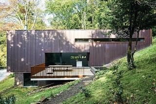 Bývanie architekta. Dom pre päťčlennú rodinu architekta Grondala mal spĺňať niekoľko náročných kritérií – malo ísť o trvalo udržateľnú, environmentálne ohľaduplnú stavbu, ktorá bude v maximálnom súzvuku s okolitou prírodou.