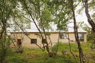 Drevená chata sa svojou výškou prispôsobuje tvarovaniu terénu – vnižšie položenej časti je dvojpodlažná sobytným podkrovím, vo vyššie situovanej jednopodlažná svnútorným priestorom otvoreným až po strechu.